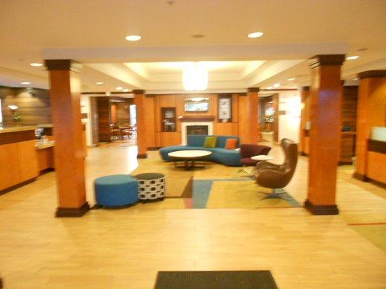 Fairfield Inn & Suites Elizabeth City: Front area.