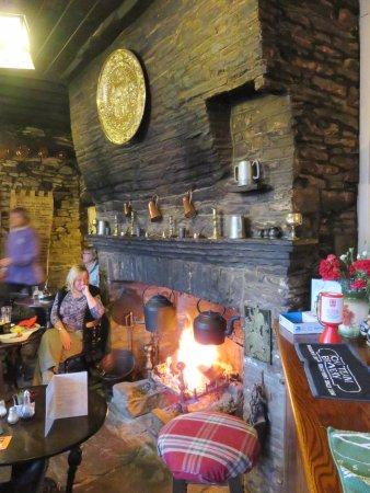 Llanvihangel Crucorney, UK: The fabulous old fireplace at The Skirrid - Wales (20/Apr/17).