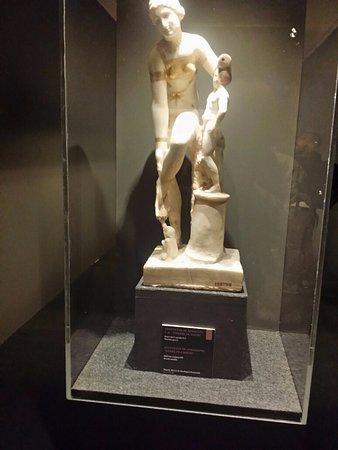 "Museo dell'Ara Pacis: mostra in corso Spartacus, statuetta di Afrodite ""Venere in bixini"""