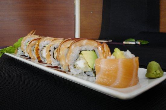 Montcada i Reixac, Spain: 118, ROLLO DRAGÓN (Uramaki de langostino tempura forrado con salmón y salsa especial)