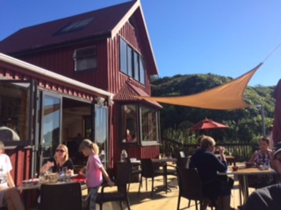 The Bay House Restaurant: Outdoors seating is awesome