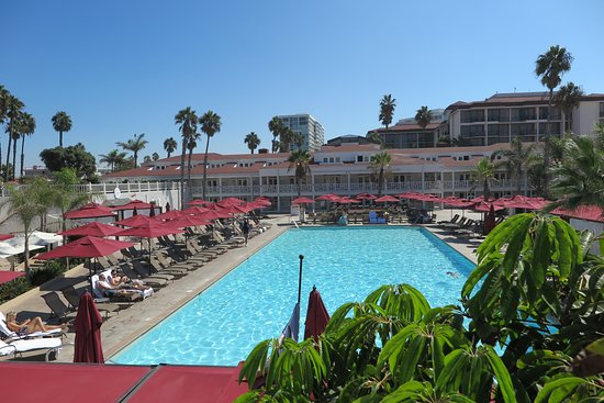 Coronado, CA: The Pool Area Of The Hotel Overlooking The Beach