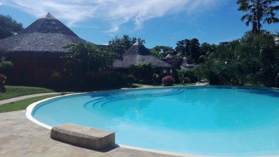 Loharano Hotel: piscina, alcuni cottages e giardino