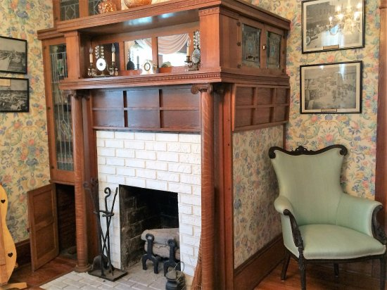 ДеЛанд, Флорида: DeLand house twosided  fireplace with a secret....