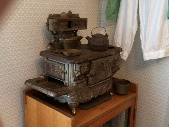 ДеЛанд, Флорида: A iron miniature stove use by young girls as a toy.