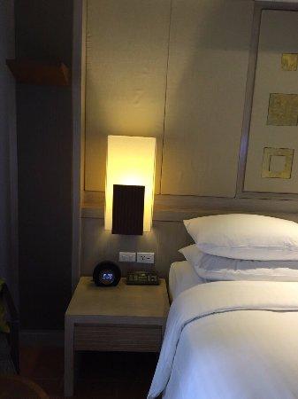 Phuket Marriott Resort & Spa, Merlin Beach: Bed Table