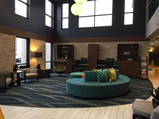 Liverpool, نيويورك: Maplewood Suites - front lobby