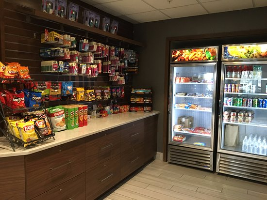 Liverpool, NY: Maplewood Suites - snack bar next to front desk