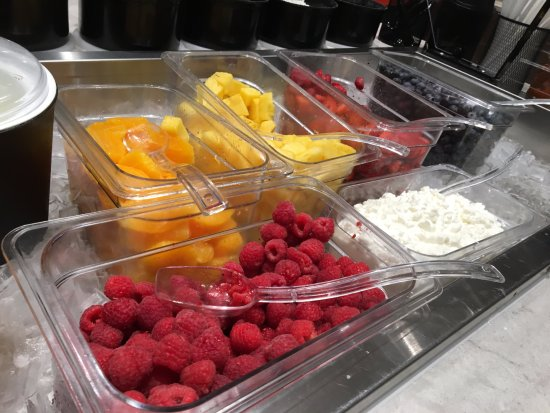 Liverpool, NY: Maplewood Suites - berry bar at breakfast buffet