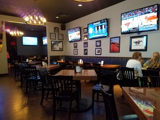 Cornelius, Carolina del Norte: Typically Sports Bar but with poor service