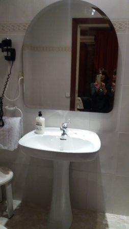 Hostal Orleans: Esta es la pileta del baño. El baño era adecuado.