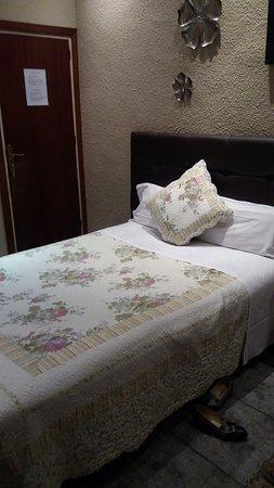 Hostal Orleans: esta es la cama de dos plaza en la habitación triple.