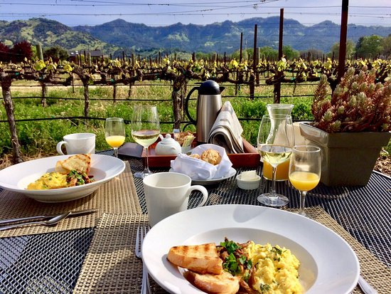 Chateau de Vie: Phillip's amazing breakfast in the Carriage House's private courtyard!