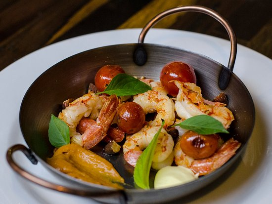 Chipper: Langostinos a la chapa con emulsión de pomelo y pimentón, almendras tostadas y tomates cherry