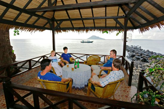 Murex Dive Resort: Sea front gazebo's for relaxing and a nice drink.