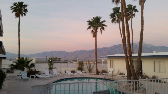 Desert Hot Springs, Californië: View over the swimming pool