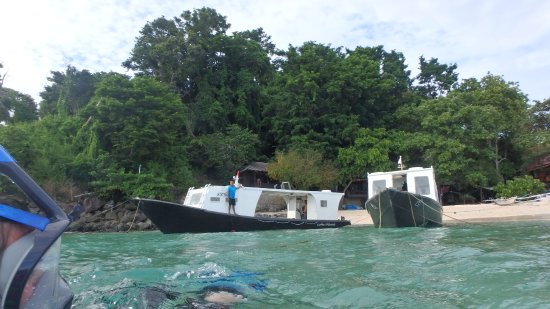 Murex Bangka Resort: Dive boats off the beach
