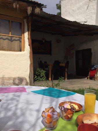 Hostal CasArte Takubamba: Desayuno en el jardín