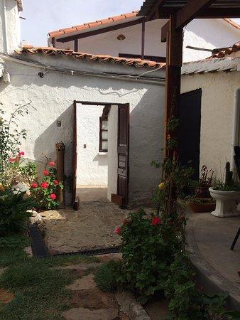 Hostal CasArte Takubamba: Jardín comedor