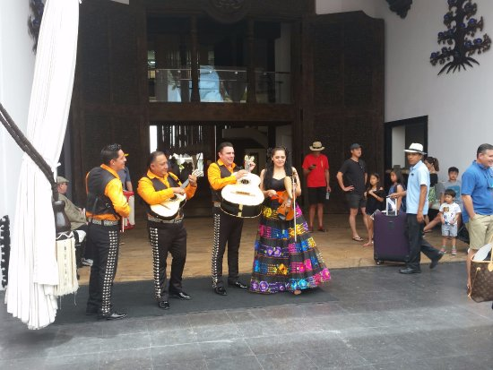 Cabo Azul Resort: Mariachi Band greets new arrivals