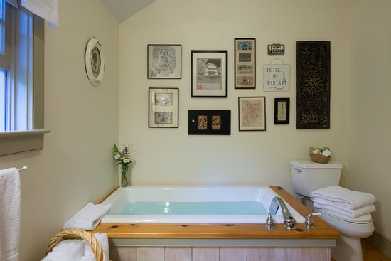 East Chatham, NY: Bathroom with soaking tub in the Pines Suite Duplex.