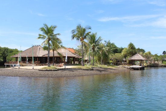 Banyuwedang, Indonesia: View of dining on the left, pool is behind the dock. It's huge. There are several.