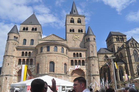 St. Peter's Cathedral (Dom) : 聖彼得教堂前 滿滿人潮 還有旗幟 帳篷