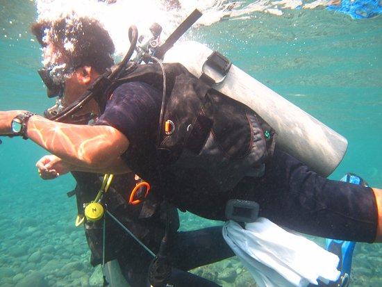 Kerobokan, Indonesia: Wayan just in the beautiful 28C warn clear water