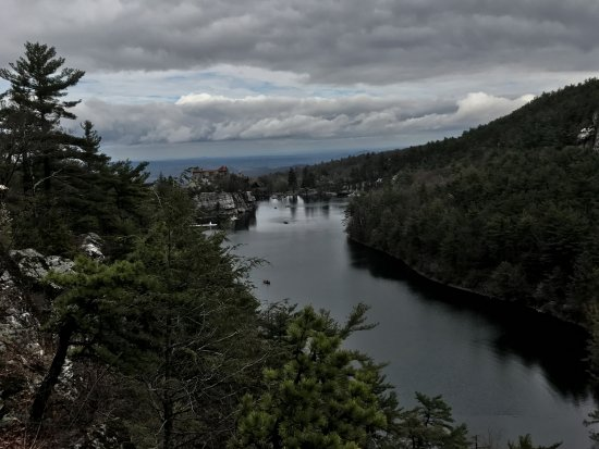 Mohonk Mountain House: Lake Mohonk from the walking trail