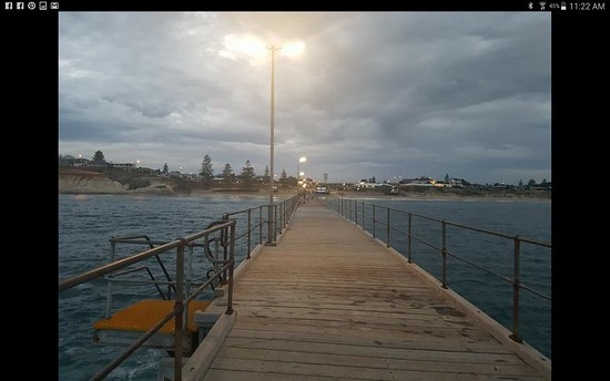 Port Noarlunga, Australië: From the end of the jetty....looking back at Hortas....
