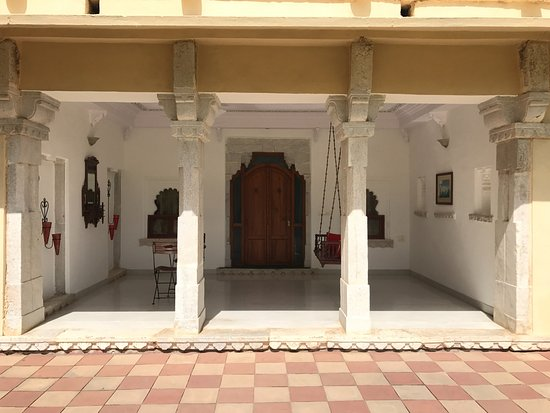 Sardargarh Heritage Hotel: Front porch. Entrance to the bedroom.