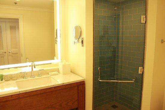 Saint Michael Parish, Barbados: Well lit & spacious bathroom