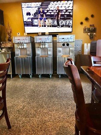 Pleasanton, Kaliforniya: Really loud froyo compressors near the dining tables