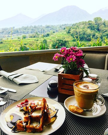 Baturiti, Indonesia: Breakfast and views at LÁltitude Restaurant. Photo by @SassyPotatoStrikesAgain