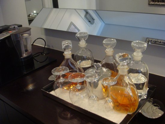 The Manor House at Fancourt: Decanters of fine spirits, available for those who like to have a drink, on the house