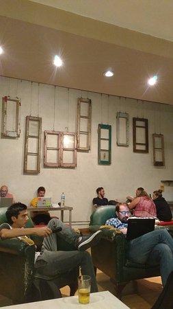 Puerto Limon Hostel: Es la zona de estar, donde hay televisor, mesones, sillones cómodos para compartir