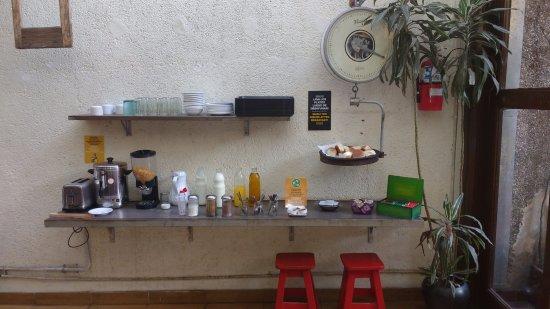 Puerto Limon Hostel: Zona de autoservicio de desayuno.