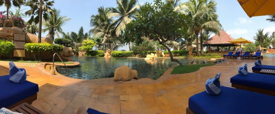 JW Marriott Mumbai Juhu: Amazing breakfast and cozy pool