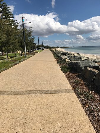 Busselton, Australia: Beautiful beach there is a play park for kids, you can BBQ there lots of fun