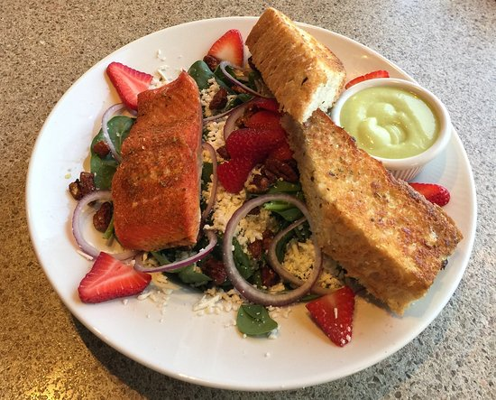 Salmon Arm, Canada: Cajun Wild Salmon On Spinach Salad