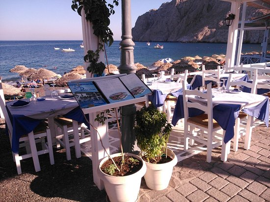 Restaurant Poseidon : Enjoy your lunch or dinner next to the famous Black Beach of Kamari