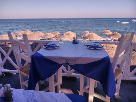 Restaurant Poseidon Kamari: Enjoy your lunch or dinner next to the famous Black Beach of Kamari