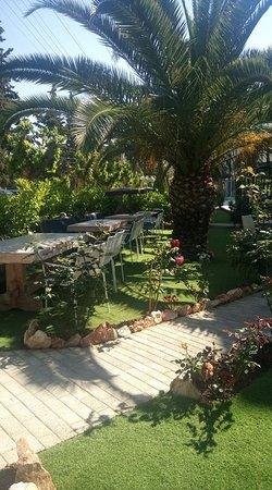 Vouliagmeni, Greece: Casanova restaurant#mervelous garden#spring 2017