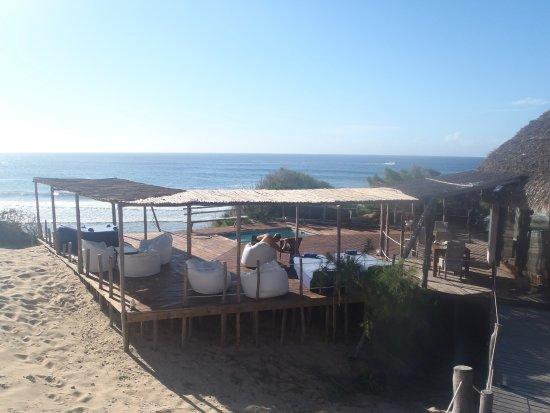Tofo, โมซัมบิก: dining, chilling and internetting area plus splash pool
