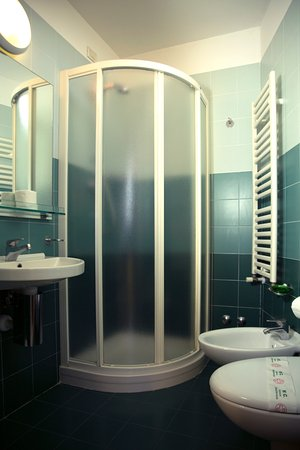 Tutti i bagni con box doccia e sanitari sospesi - Picture of Remin ...