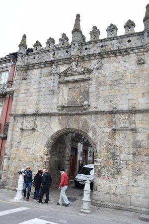 Puerta de entrada a plaza principal picture of viveiro for Puertas de entrada principal