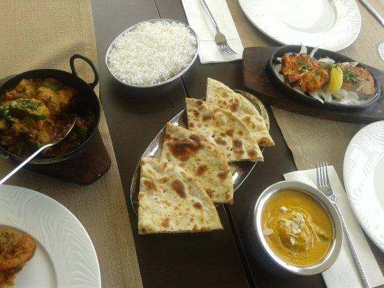 Clay Oven Indian Kitchen: Pan de coco, Cordero con curry y marsala, Pollo con cardamomo y Pollo al marsala y arroz basmati
