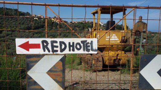 Сант-Агата-ди-Милителло, Италия: indicazioni stradali: seguire la freccia rossa ed è impossibile sbagliare