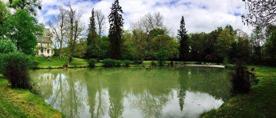 Le-Petit-Pressigny, Francia: Dans le parc du château, autour de son étang, une balade improvisée...