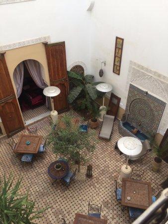 Riad Attarine: Cour interieure. Aussi vue de la chambre.